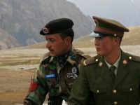 Chinese and Pakistani border guards at Khunjerab Pass. (Image: Wikipedia Commons/CC BY-SA 3.0)