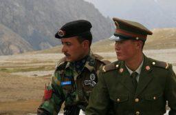 Chinese and Pakistani border guards at Khunjerab Pass. (Image: Wikipedia Commons/CC BY-SA 3.0)